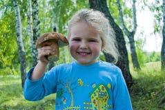 το παιδί συλλέγει τα μαν&iota Στοκ Εικόνες