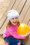 το παιδί σφαιρών κρατά Στοκ φωτογραφία με δικαίωμα ελεύθερης χρήσης