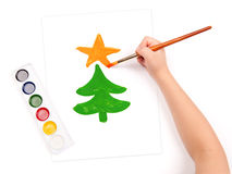 Το παιδί σύρει ένα δέντρο έλατου Στοκ Εικόνες