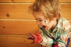 Το παιδί σύρει Έννοια ζωγραφικής Handprint Στοκ φωτογραφίες με δικαίωμα ελεύθερης χρήσης