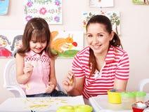 το παιδί σύρει τα χρώματα μη&t στοκ εικόνες