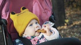 Το παιδί τρώει έναν φραγμό φρούτων απόθεμα βίντεο