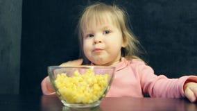 Το παιδί τρώει με τα χέρια απόθεμα βίντεο