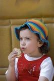 το παιδί τρώει στοκ εικόνα με δικαίωμα ελεύθερης χρήσης