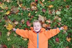 το παιδί φθινοπώρου βρίσκ&ep στοκ εικόνα με δικαίωμα ελεύθερης χρήσης