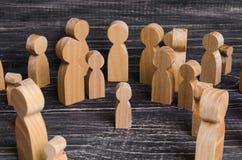 Το παιδί χάθηκε στο πλήθος Ένα πλήθος των ξύλινων αριθμών των ανθρώπων περιβάλλει ένα χαμένο παιδί κατσίκι που χάνεται Στοκ Εικόνες