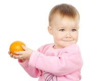 το παιδί χαριτωμένο κρατά το μανταρίνι Στοκ εικόνες με δικαίωμα ελεύθερης χρήσης