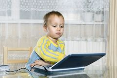 Το παιδί χρησιμοποιεί έναν υπολογιστή παιδιών ` s στοκ εικόνα