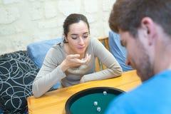 Το παιχνίδι έφηβη και φίλων χωρίζει σε τετράγωνα Στοκ εικόνες με δικαίωμα ελεύθερης χρήσης