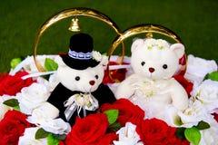 Το παιχνίδι αντέχει - teddy αρκούδες - τη νύφη και το νεόνυμφο - με τα μεγάλα χρυσά γαμήλια δαχτυλίδια Στοκ Εικόνα