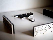 το παιχνίδι ντόμινο ανασκόπησης απομόνωσε το λευκό Έννοια στοκ εικόνες