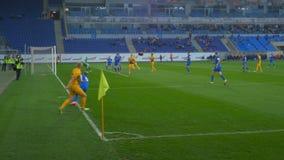 Το παιχνίδι ποδοσφαίρου, ένας παίκτης κάνει την πίσσα της σφαίρας στην περιοχή ποινικής ρήτρας φιλμ μικρού μήκους