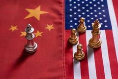 Το παιχνίδι σκακιού, στάση βασιλιάδων Α αντιμετωπίζει τους εχθρούς στις εθνικές σημαίες της Κίνας και των ΗΠΑ E Σύγκρουση μεταξύ  στοκ εικόνες