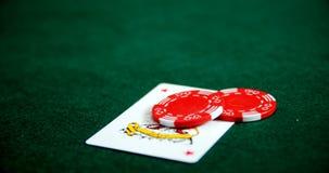 Το παιχνίδι της κάρτας, χωρίζει σε τετράγωνα και χαρτοπαικτικών λεσχών τσιπ στον πίνακα πόκερ 4k φιλμ μικρού μήκους
