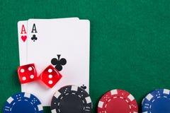 Το παιχνίδι των καρτών, χωρίζει σε τετράγωνα και πόκερ τσιπ από στον πράσινο πίνακα πόκερ Στοκ εικόνες με δικαίωμα ελεύθερης χρήσης