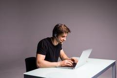 Το παιχνίδι ή το τυχερό παιχνίδι στο γραφείο διέγειρε το νέο επιχειρηματία που εθίστηκε στον υπολογιστή που το ευτυχές άτομο κοιτ Στοκ Φωτογραφία
