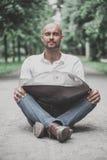 Το παιχνίδι ατόμων κρεμά τη συνεδρίαση ν τυμπάνων το πάρκο Στοκ Φωτογραφίες
