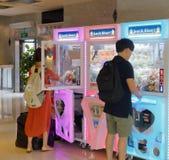 Το παιχνίδι γερανών παιχνιδιών μηχανών νυχιών arcade Στοκ φωτογραφία με δικαίωμα ελεύθερης χρήσης