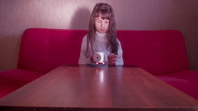 Το παιχνίδι κοριτσιών με χωρίζει σε τετράγωνα απόθεμα βίντεο