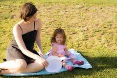 Το παιχνίδι μικρών κοριτσιών με τη μητέρα της Στοκ φωτογραφία με δικαίωμα ελεύθερης χρήσης