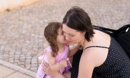 Το παιχνίδι μικρών κοριτσιών με τη μητέρα της Στοκ φωτογραφίες με δικαίωμα ελεύθερης χρήσης