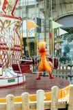 Το παιχνίδι παπιών στο κάθισμα ζωηρόχρωμου ενός εύθυμου πηγαίνει γύρω από Στοκ εικόνα με δικαίωμα ελεύθερης χρήσης