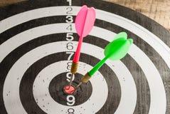 Το παιχνίδι των βελών τρισδιάστατη εικόνα που δίνεται το σύμβολο επιτυχίας στοκ εικόνα