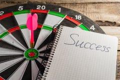 Το παιχνίδι των βελών τρισδιάστατη εικόνα που δίνεται το σύμβολο επιτυχίας στοκ φωτογραφία με δικαίωμα ελεύθερης χρήσης