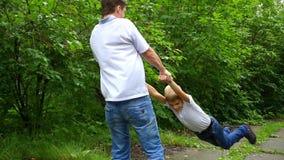 Το παιχνίδι τύπων με το παιδί υπαίθρια φιλμ μικρού μήκους