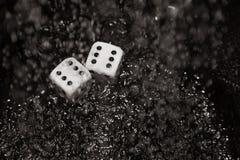 Το παιχνίδι χωρίζει σε τετράγωνα κάτω από τη βροχή Στοκ φωτογραφία με δικαίωμα ελεύθερης χρήσης