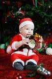 Το παιδί έντυσε δεδομένου ότι τα ροκανίζοντας δόντια Άγιου Βασίλη χρονομετρούν το συναγερμό CH Στοκ Εικόνες