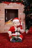 Το παιδί έντυσε ως δόντια μασήματος παιχνιδιών Χριστουγέννων Άγιου Βασίλη Στοκ Εικόνες