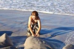 Το παιδί έχει τη διασκέδαση στα κύματα του ωκεανού στοκ εικόνες