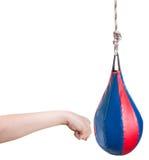 Το παιδί δίνει punching διατρήσεων την τσάντα που απομονώνεται Στοκ Φωτογραφίες