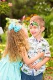 Το παιδί αγοριών και κοριτσιών με το aqua ετοιμάζει χρόνια πολλά Έννοια εορτασμού και παιδική ηλικία, αγάπη Στοκ εικόνα με δικαίωμα ελεύθερης χρήσης