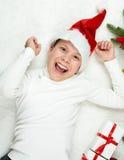 Το παιδί αγοριών που έχει τη διασκέδαση με τη διακόσμηση Χριστουγέννων, την έκφραση προσώπου και τις ευτυχείς συγκινήσεις, που ντ Στοκ Εικόνα