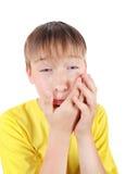 Το παιδί αισθάνεται τον πονόδοντο Στοκ Φωτογραφίες