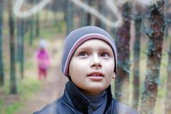 Το παιδί ακούει διπλή έκθεση πορτρέτου φύσης στοκ φωτογραφία με δικαίωμα ελεύθερης χρήσης