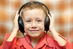 Το παιδί ακούει τη μουσική στα ακουστικά Στοκ Εικόνες