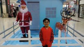Το παιδί απολαμβάνει τη διακόσμηση Χριστουγέννων στον αερολιμένα στοκ φωτογραφία με δικαίωμα ελεύθερης χρήσης