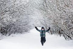 Το παιδί απολαμβάνει το χειμώνα και το παιχνίδι με το χιόνι Στοκ φωτογραφίες με δικαίωμα ελεύθερης χρήσης
