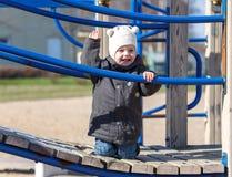 Το παιδί αυξάνει το χέρι του επάνω για έναν περίπατο Στοκ Φωτογραφία