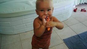 Το παιδί βουρτσίζει τα δόντια του φιλμ μικρού μήκους