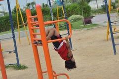 Το παιδί είναι στην περιοχή παιχνιδιού στοκ φωτογραφίες με δικαίωμα ελεύθερης χρήσης