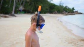 Το παιδί εισάγει τη θάλασσα για την κολύμβηση με αναπνευστήρα υπαίθριος αθλητισμός κατάδυση απόθεμα βίντεο