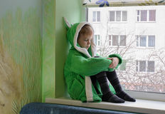 Το παιδί ενάντια στο παράθυρο Στοκ Φωτογραφίες