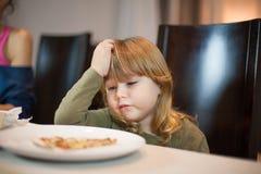 Το παιδί δεν θέλει τη χειρονομία πιτσών στο σπίτι Στοκ φωτογραφία με δικαίωμα ελεύθερης χρήσης