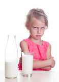 Το παιδί δεν συμπαθεί το γάλα Στοκ εικόνα με δικαίωμα ελεύθερης χρήσης