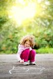 Το παιδί επισύρει την προσοχή στην άσφαλτο Στοκ εικόνες με δικαίωμα ελεύθερης χρήσης