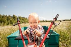 Το παιδί ελέγχει τον καλλιεργητή Στοκ Εικόνες